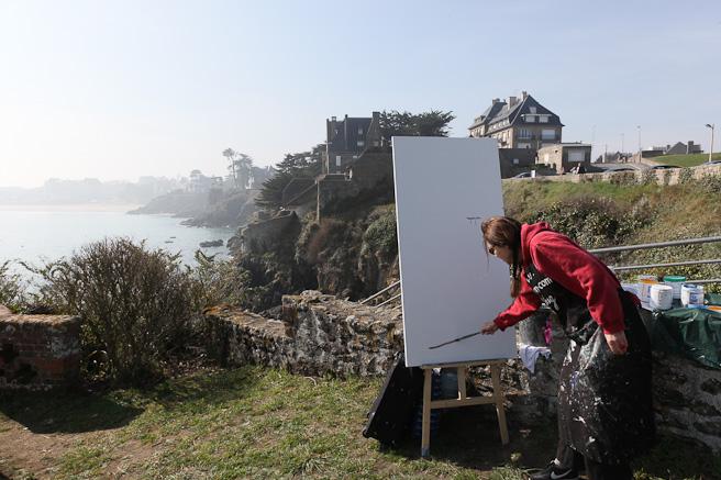 Michelle Auboiron peint la plage de Saint Lunaire depuis la Pointe du Décollé