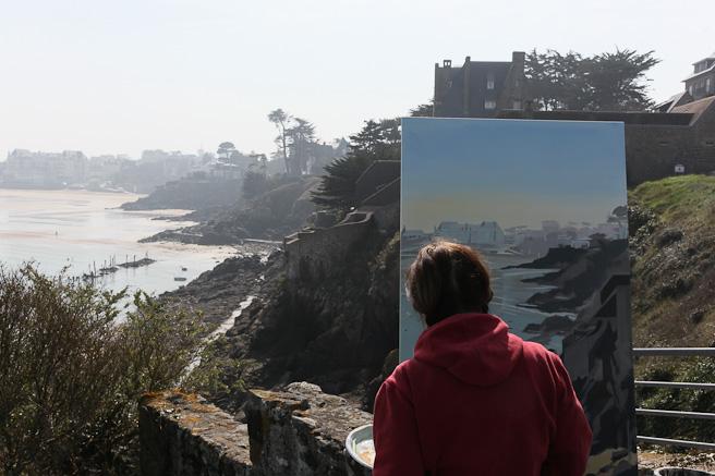 Michelle Auboiron peint la plage de Saint Lunaire depuis la Pointe deu Décollé