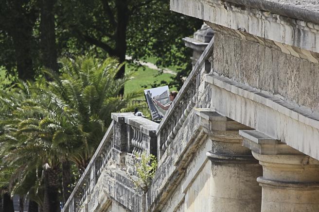Michelle AUBOIRON peint le château de Versailles depuis l'escalier des 100 marches